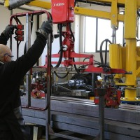 Hoisting pipes with a manipulator